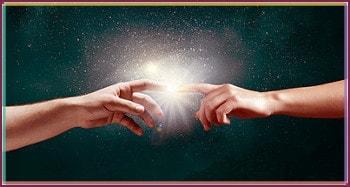Handkontakt zeigt astrologische Beratung als Impulsgeber