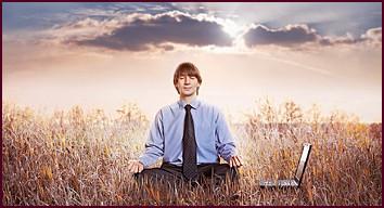 Berufung im Berufshoroskop: Mann meditiert bei Arbeit