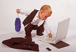 Kind druckt persönliches Computerhoroskop aus