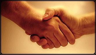 Handschlag veranschaulicht gute Erfahrungen zur Beratung