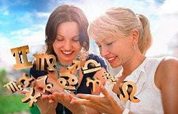Zwei glückliche Frauen dank Sternzeichen-Astrologen