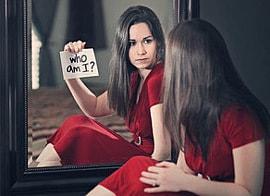 Blick in Spiegel: auch Partnerschaft braucht Selbsterkenntnis
