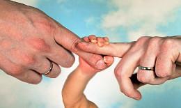 """Baby- und Eltern-Hand: Kinderhoroskop """"verbindet"""""""