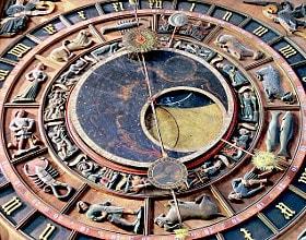 Astrologisch-astronomische Uhr in Kirche