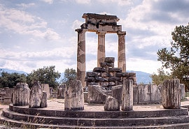 Ruinen des Orakels von Delphi: erkenne dich selbst