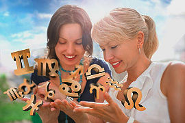 Frauen freuen sich über Sternzeichen-Symbole