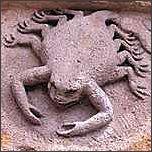 Sternzeichen Krebs, Steinfigur an Kirche